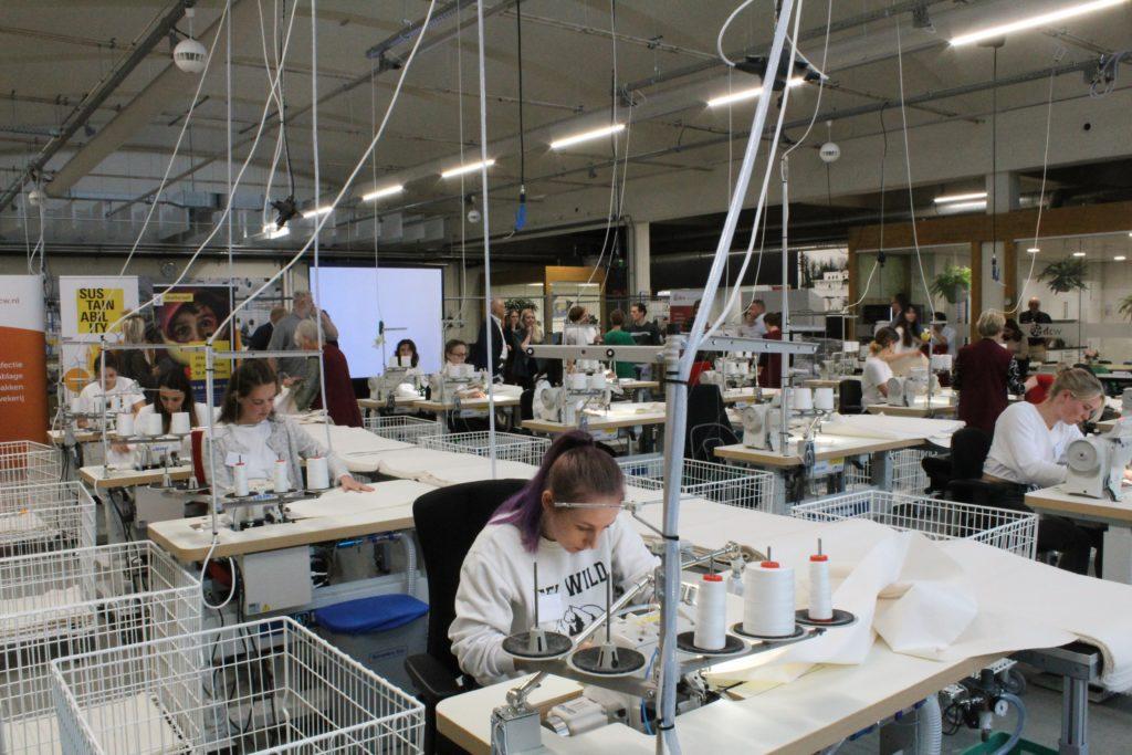 studenten aan het werk achter naaimachine bij DCW